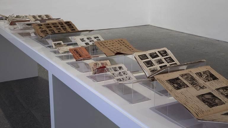 Vista de sala de la exposición. James Castle. Mostrar y almacenar, 2011