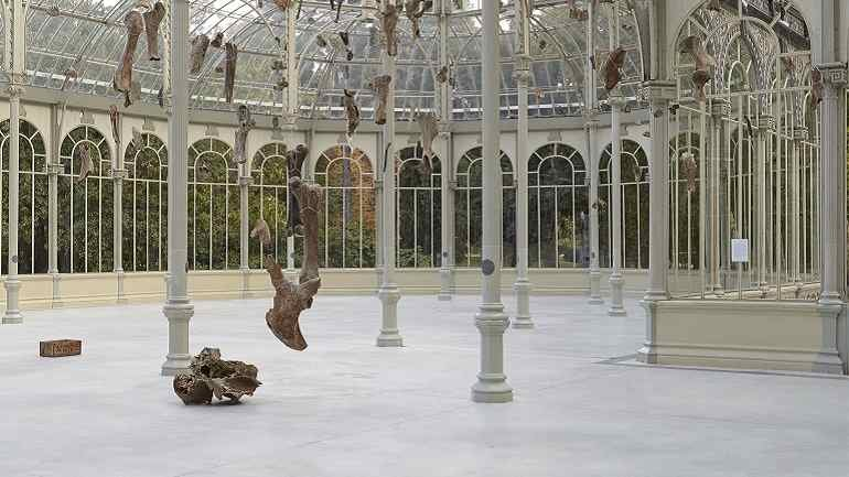 Vista de sala de la exposición Danh Vō. Destierra a los sin rostro / Premia tu gracia (Banish the Faceless / Reward your Grace), 2015