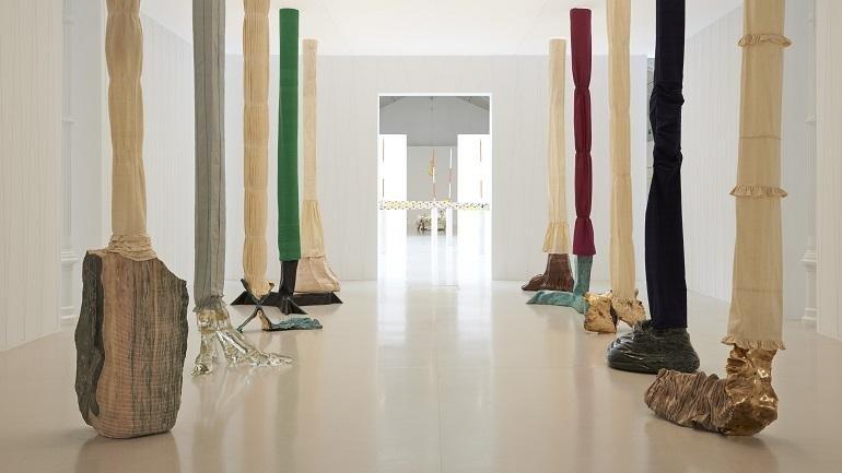 Vista de sala de la exposición Luciano Fabro, 2014