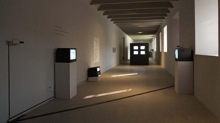 Vista de sala de la exposición. Primera generación. Arte e imagen en movimiento (1963-1986), 2006