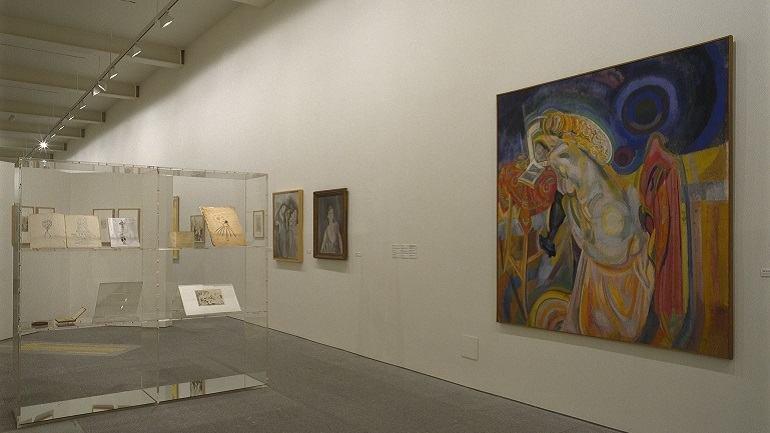 Vista de sala de la exposición. Los ismos de Ramón Gómez de la Serna y un apéndice circense, 2002