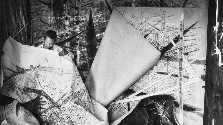Wifredo Lam ante una de sus obras de la serie Brousses en su taller de Albissola, 1963
