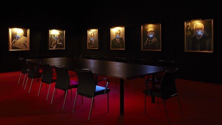 Vista de sala de la exposición. Antoni Muntadas: Entre/Between, 2011