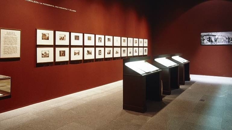 Vista de sala de la exposición. Huellas de Luz. El arte y los experimentos de William Henry Fox Talbot, 2001