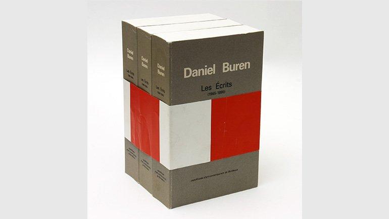 Daniel Buren, Les Écrits (1965-1990), Burdeos: CAPC musée d'art contemporain, 1991.  Museo Nacional Centro de Arte Reina Sofía.  Foto: Centre for Artists' Publications, Weserburg, Bremen. © DB – VEGAP, Madrid, 2016.