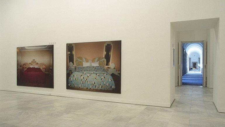 Vista de sala de la exposición. Valentín Vallhonrat. En busca del amor (Room for Love), 2000