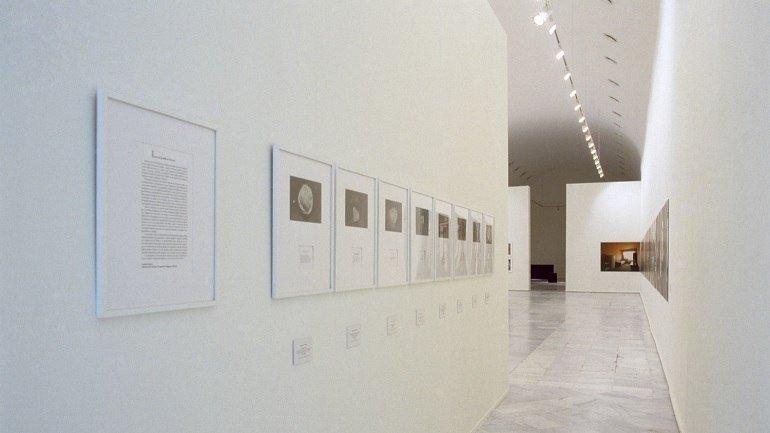 Vista de sala de la exposición. Versiones del Sur: Cinco propuestas en torno al arte en América. Más allá del documento, 2000