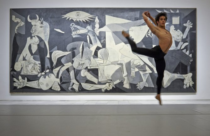 Josué Ullate interpreta Quiebro delante del Guernica. Coreografía de Víctor Ullate. Archivo fotográfico del Museo Nacional Centro de Arte Reina Sofía