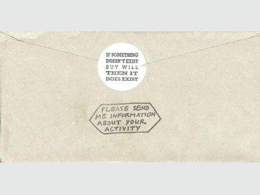 Parte posterior de un sobre enviado por Artpool en 2006.Los sellos de goma usados fueron hechos por György Galántai en 1995 (Cortesía de Artpool Art Research Center)