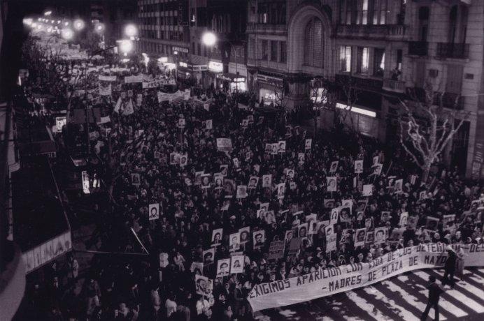 Exigimos aparición con vida de los detenidos-desaparecidos. Buenos Aires (ca. 1983). Derechos Humanos // Archivo en uso