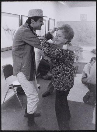 Juana Mordó y Enrique Gómez-Acebo bailando un pasodoble en una fiesta de la Galería Egam (1971). Archivo de la Galería Juana Mordó. Centro de Documentación