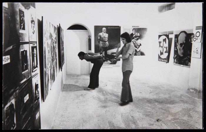 """Vista de la exposición """"John Heartfield: fotomontajes"""" en la Galería Redor (1973). Archivo Redor-Calabuig. Centro de Documentación"""
