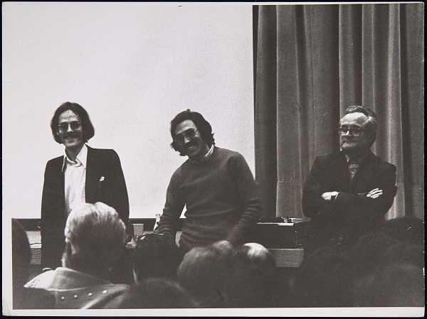 Tim Ulrich, Simón Marchán y Eckart Plinke en el Ciclo Nuevos Comportamientos Artísticos (1974). Archivo Marchán/Quevedo. Centro de Documentación