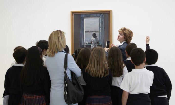 Un momento de la visita a escolares con voluntarios culturales
