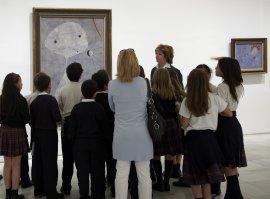Una de las voluntarias culturales con un grupo. Museo Reina Sofía, 2007