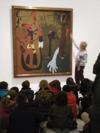 Grupo de escolares durante una visita guiada por voluntario cultural. Museo Reina Sofía, 2008