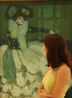 Visitante ante Mujer en azul, 1901 de Picasso. Museo Reina Sofía, 2010